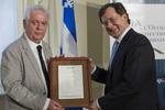 M. Jacques Elliott, lauréat du Prix de l'Office 2013, en compagnie du ministre de la Justice et ministre responsable de l'Office de la protection du consommateur, M. Bertrand St-Arnaud.