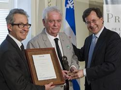 M. Jacques Elliott, le lauréat du Prix de l'Office 2013, en compagnie de M. Louis Borgeat, président de l'Office de la protection du consommateur et de M. Bertrand Saint-Arnaud ministre de la Justice et ministre responsable de l'Office.